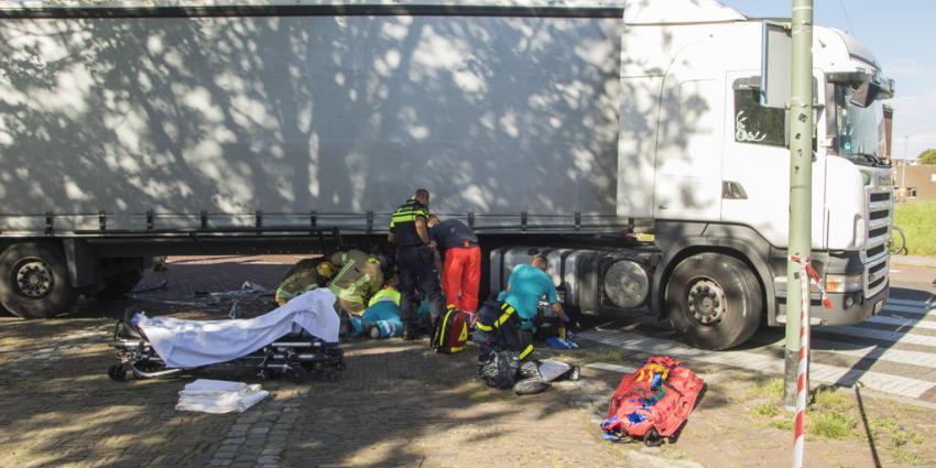 Fietser zwaargewond na aanrijding met vrachtwagen