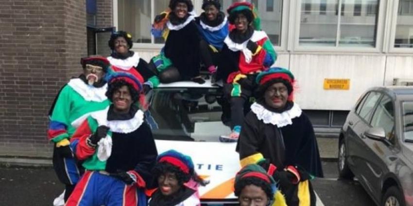 Foto politie met zwarte pieten valt niet in goede aarde