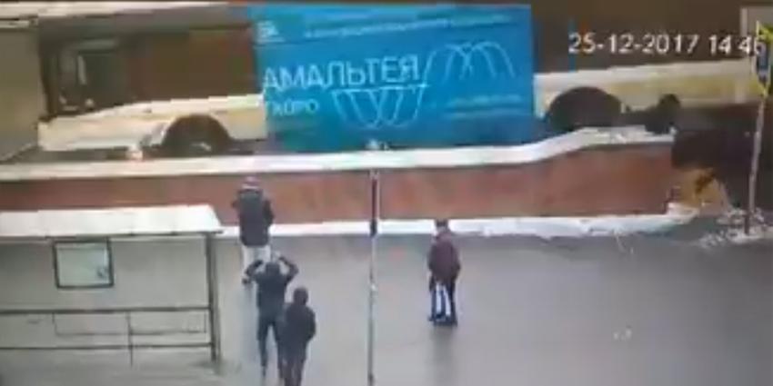 Bus rijdt voetgangerstunnel in, meerdere doden en gewonden