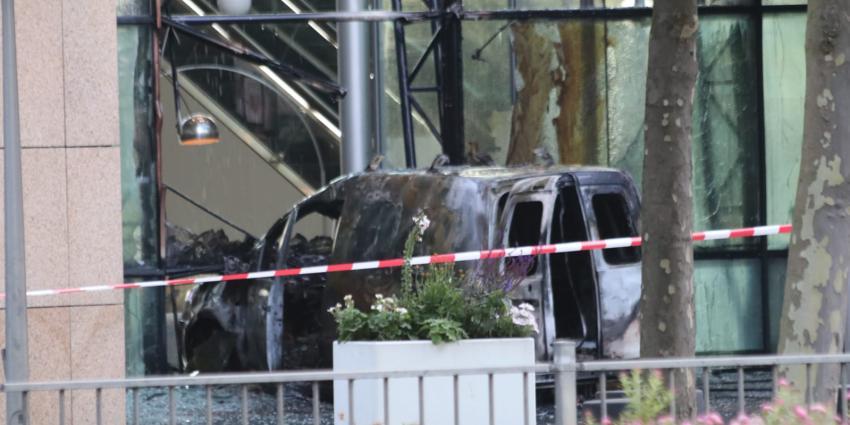 Bestelbusje ramt gevel gebouw De Telegraaf