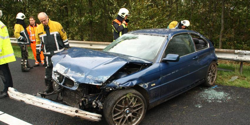Foto van auto tegen vangrail op A28   Henk Brunink