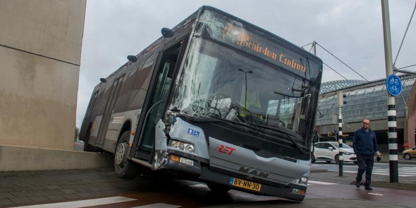 Bus ramt muur en raakt zwaar beschadigd