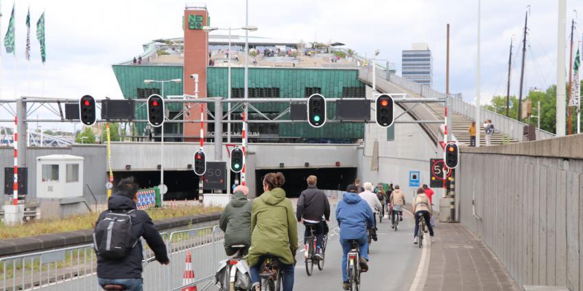 Foto van fietsers door IJtunnel