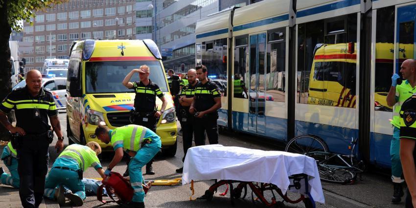 Fietser klapt tegen voorruit tram in Amsterdam
