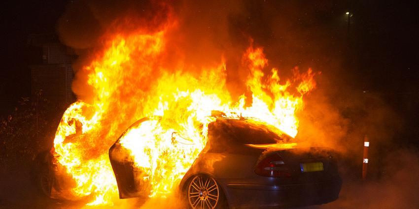 Felle brand verwoest auto aan De Bokkelaren in 's-Hertogenbosch