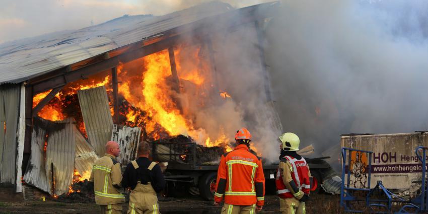 Brandweer bij in brand staande loods