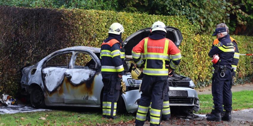 Auto ontploft in woonwijk; bestuurder ernstig gewond
