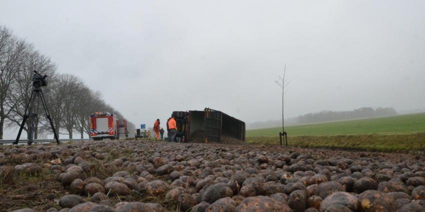 Vrachtwagen met aardappels kantelt op de N33 bij Veendam