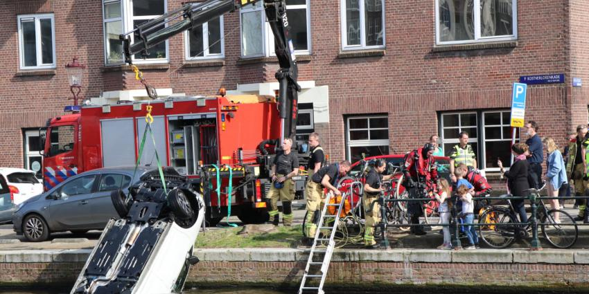 Brandweer bergt auto uit Kostverlorenvaart