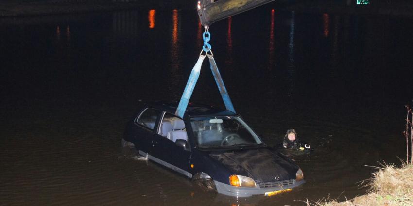 Auto te water in Nieuw Amsterdam