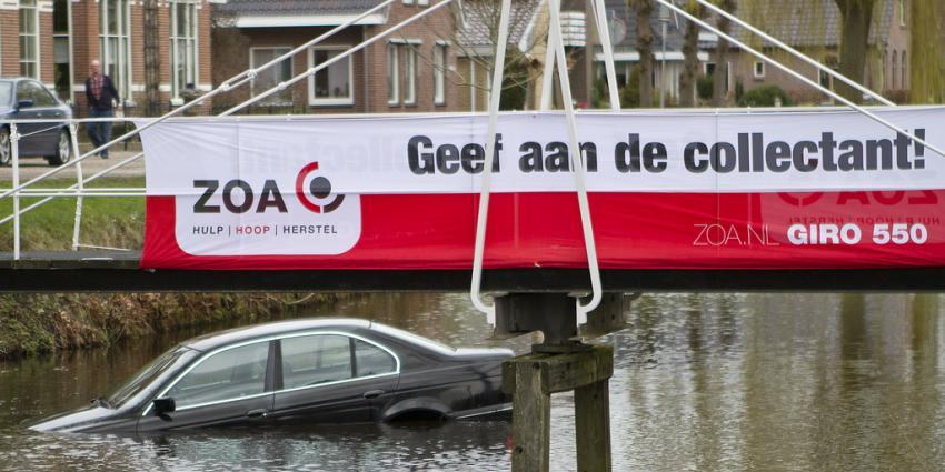 Auto rolt in het water aan de  Beneden Westerdiep Veendam