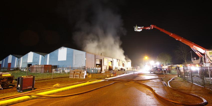 Brandweer blust grote brand