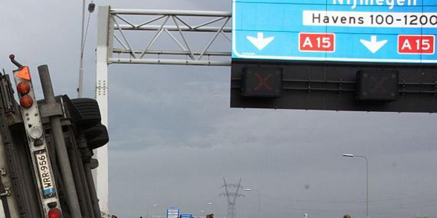 Dode bij aanrijding A15, wegen slippen dicht door afsluiting