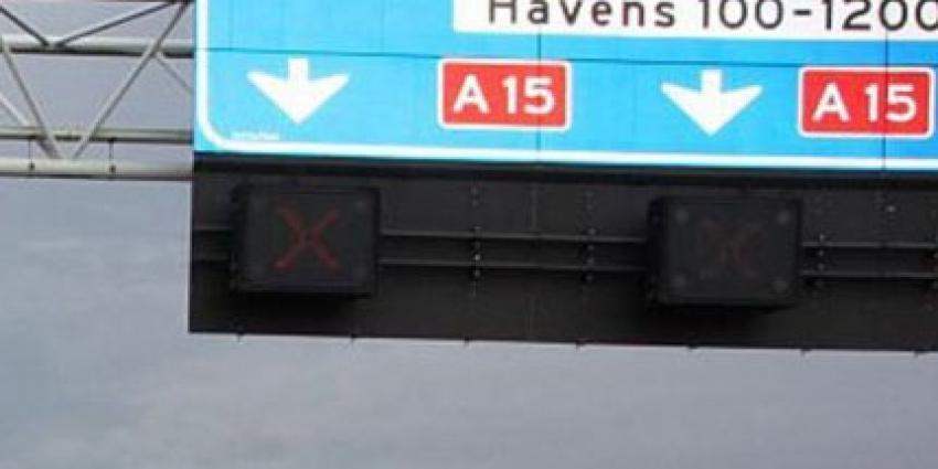 File op A15 door gekantelde vrachtwagen met varkens
