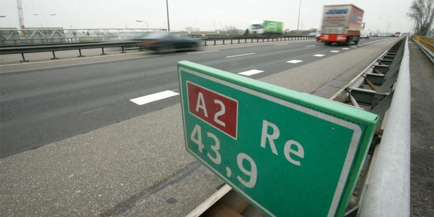 Bejaard stel  rijdt in brommobiel op de A2