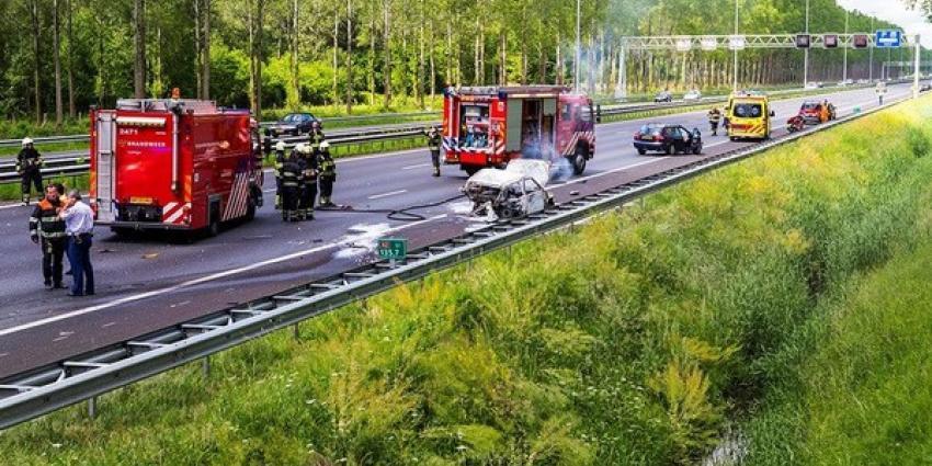 Foto van brandende auto A2 | Persburo Sander van Gils | www.persburausandervangils.nl