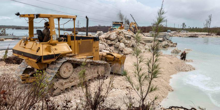 Genisten bouwen brug in de door orkaan verwoeste Abaco