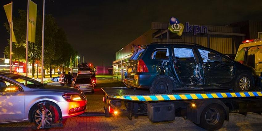 Meerdere auto's zwaar beschadigd door lantaarnpaal op rijbaan van A50 bij Eindhoven