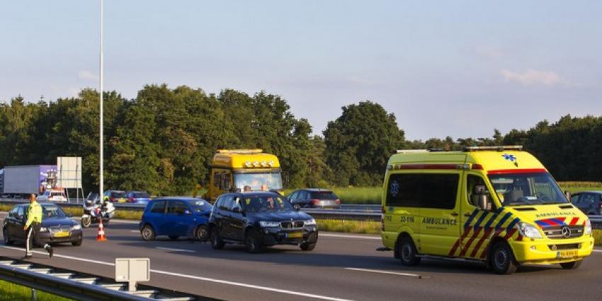 Twee gewonden bij botsing met drie auto's A58