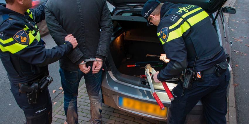 agenten houden persoon aan