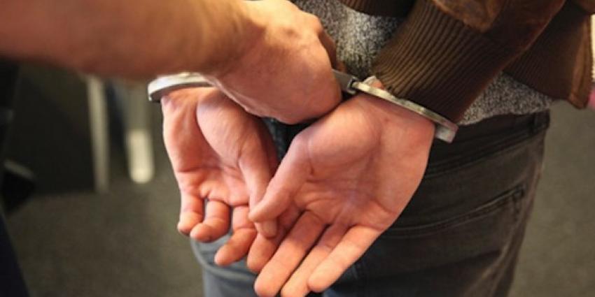 Man (72) krijgt klappen bij aanhouding door politie