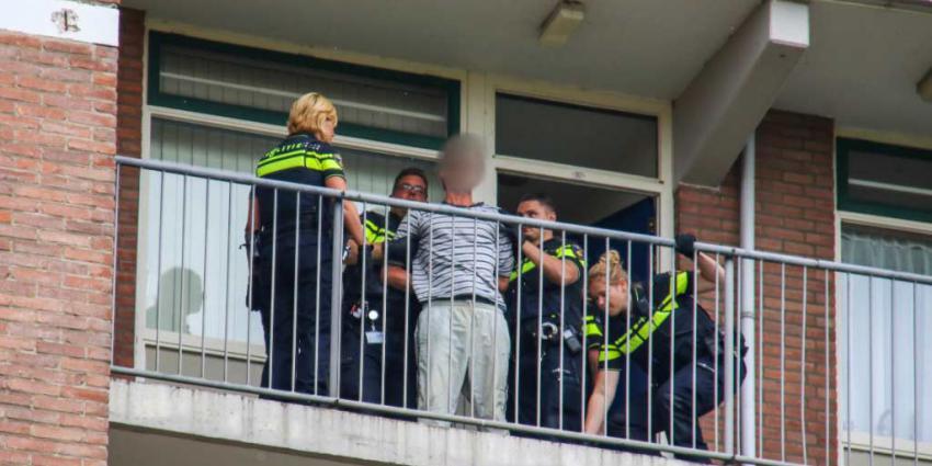 Man door politie uit woning gehaald