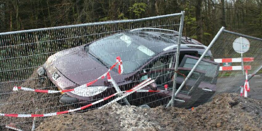 Auto rijdt door wegafzetting bij Schoonloo