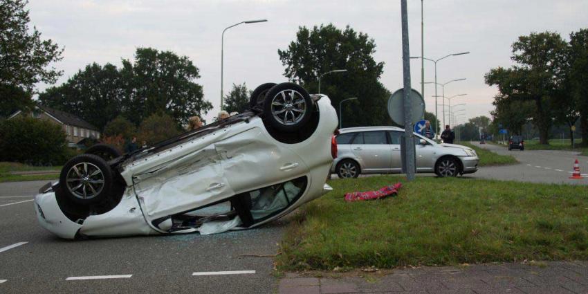 Auto op het dak na ongeval in Emmen