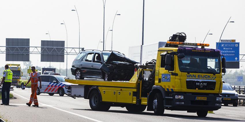 Auto botst op vrachtwagen op A2 bij Eindhoven