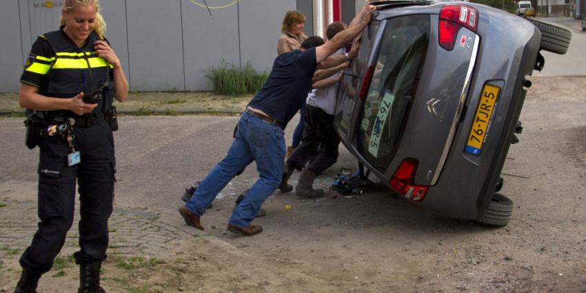 Auto op dak na aanrijding