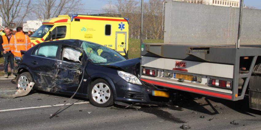 Aanrijding tussen auto en vrachtwagens