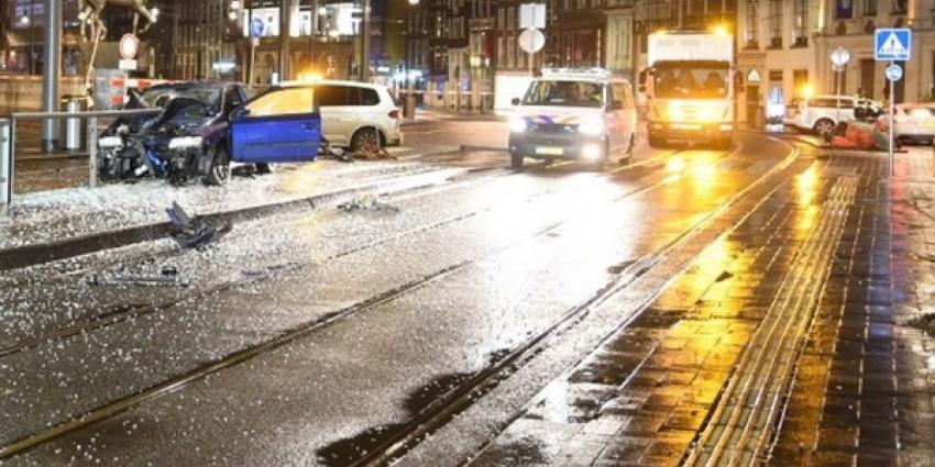 Paal doorboort voorruit auto, dronken automobilist licht gewond bij bi