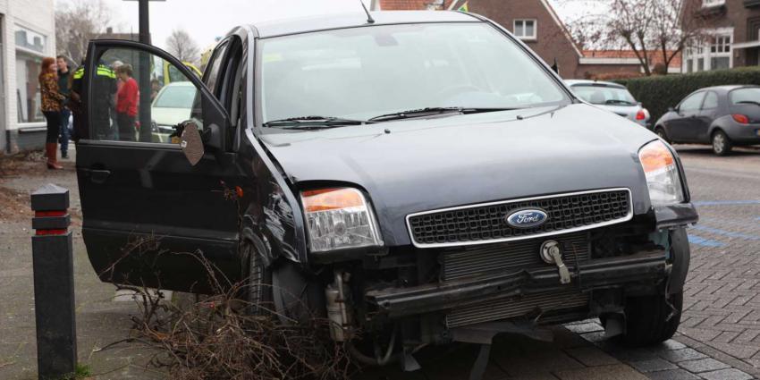 Vrouw ramt auto, gevel en struikgewas bij ongeval op Hoofdstraat in Schijndel