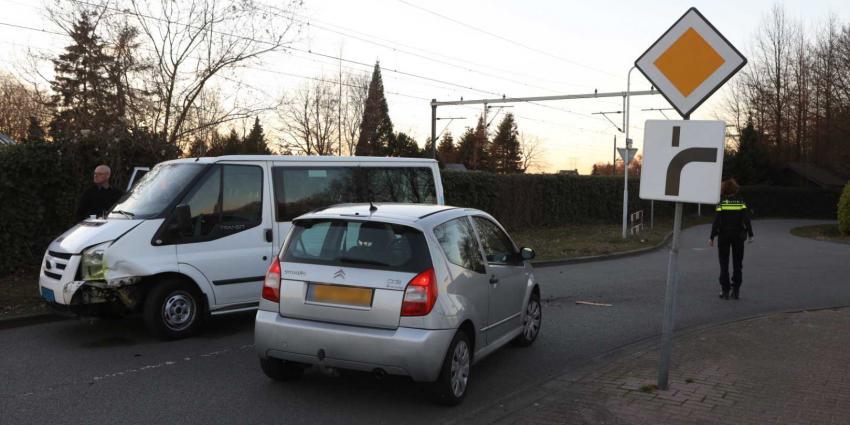 Taxibusje betrokken bij ongeval op Spoorweglaan in Best