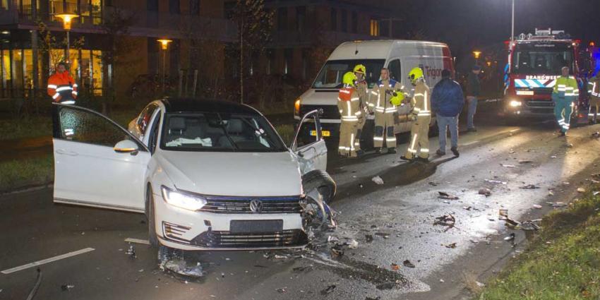 Auto en vrachtwagen botsen frontaal in Vlaardingen