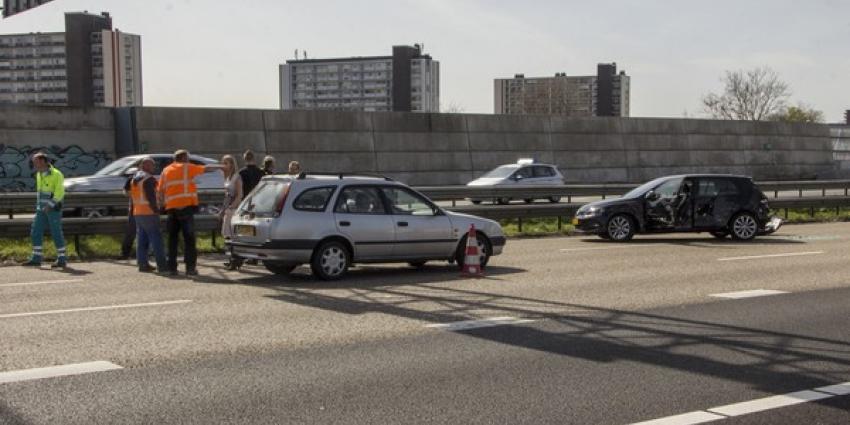 Aanrijding tussen auto en vrachtwagen A20
