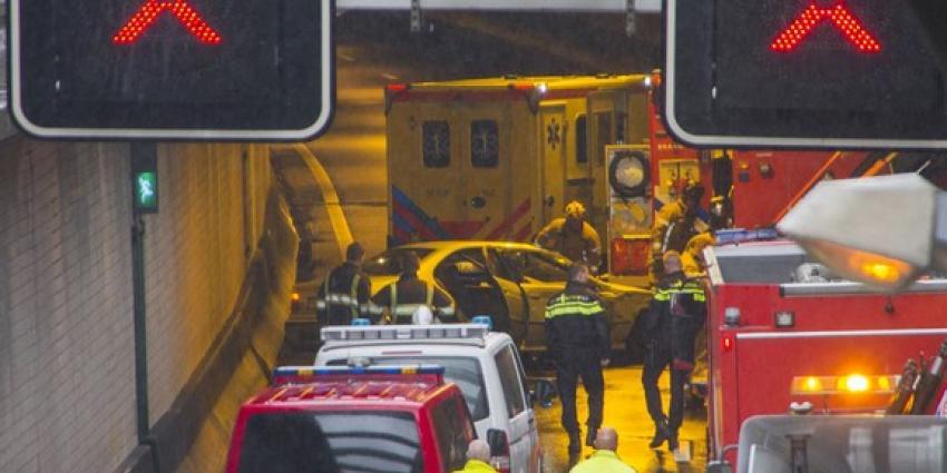 Politie zoekt vrachtwagenchauffeur na aanrijding Beneluxtunnel