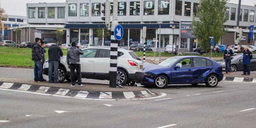 Geen gewonden maar wel flinke schade na aanrijding Schiedam