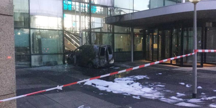 Busje rijdt pand Telegraaf binnen en vliegt in brand. Krant denkt aan aanslag