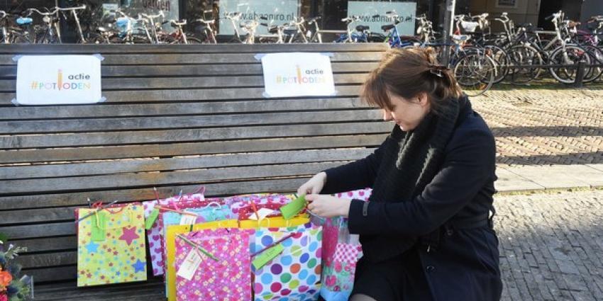 Utrechters delen potloden uit voor vrijheid van meningsuiting