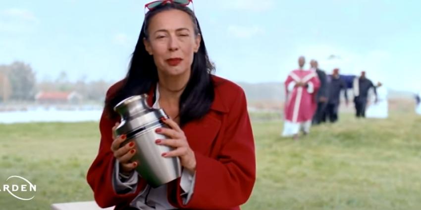 Adelheid Roosen wint Loden Leeuw als meest irritante BN'er in een reclamespot