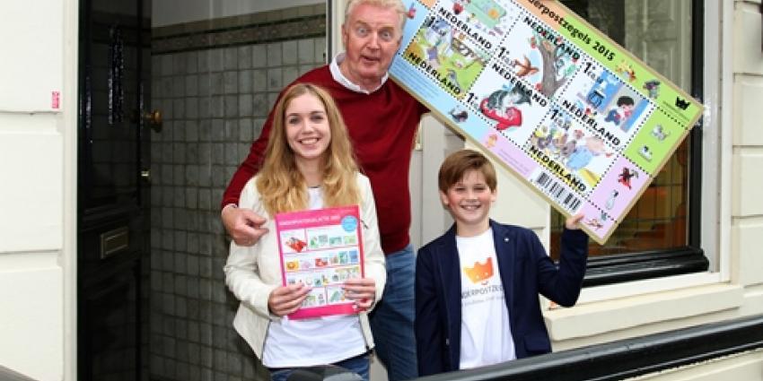 André van Duin koopt eerste kinderpostzegels 2015