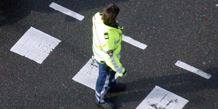 Automobilist rijdt in op agent