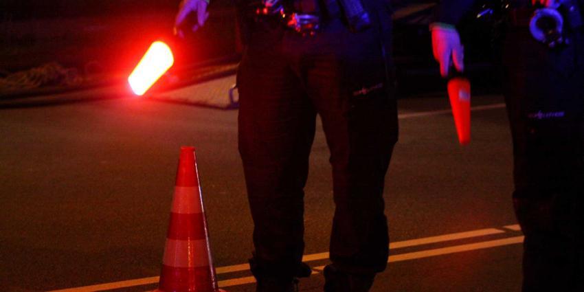 Politieman bij alcoholcontrole meegesleurd door auto