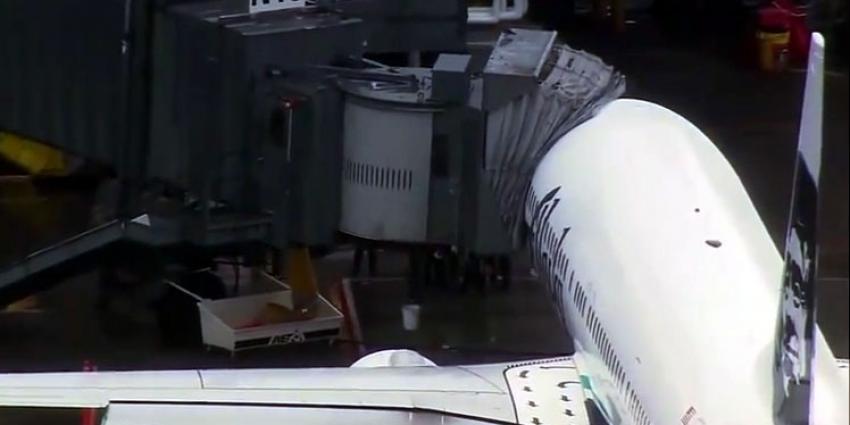 Piloten Alaska Airlines breken vlucht af om gebonk uit vrachtruim