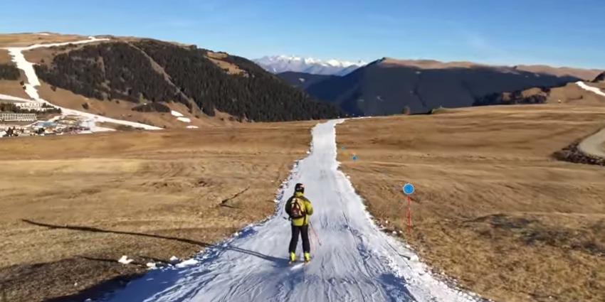 Skiën tussen de weilanden in de Alpen