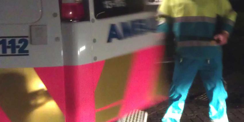 Man weigert opzij te gaan en grijpt ambulancemedewerker bij de keel