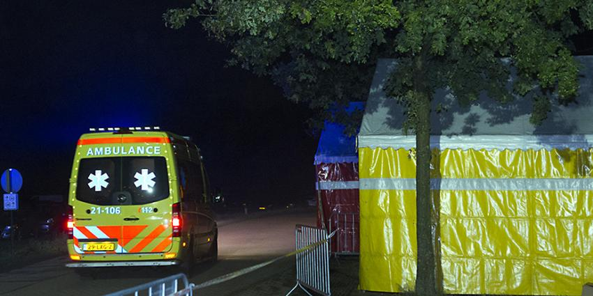 Foto van ambulance bij tent in donker | Sander van Gils | www.persburosandervangils.nl