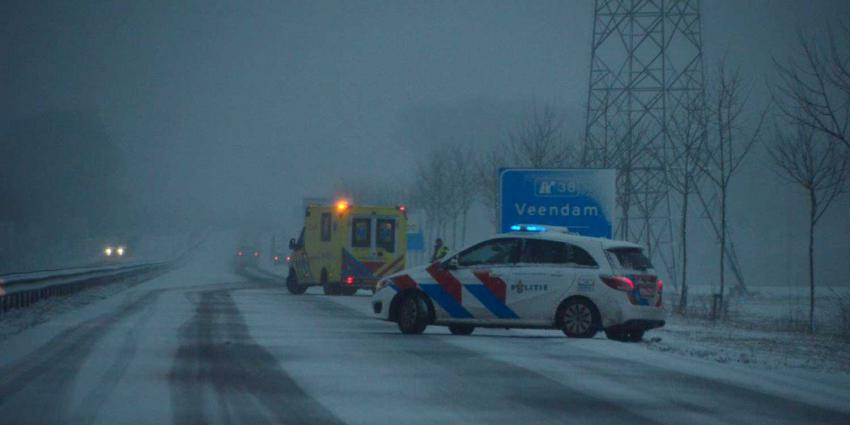 ambulance-politieauto-gladheid-snelweg