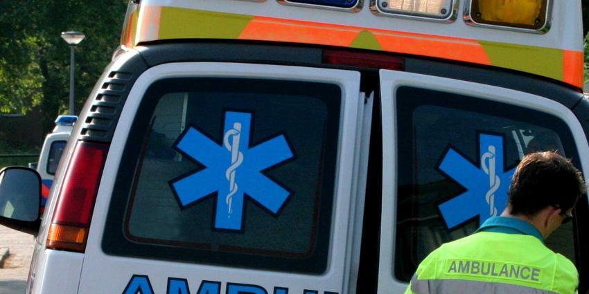 Drie gewonden en winkelpand zwaar beschadigd door aanrijding auto